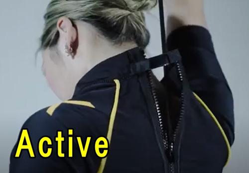Activeは背中のファスナーを閉めて着る